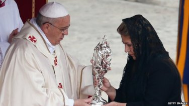 Floribeth Mora presents Pope Francis with a relic.